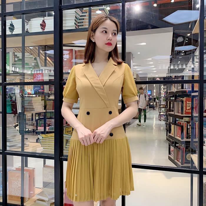 Đầm dáng xòe cổ V đắp chéo tùng váy dập ly màu vàng thanh lịch