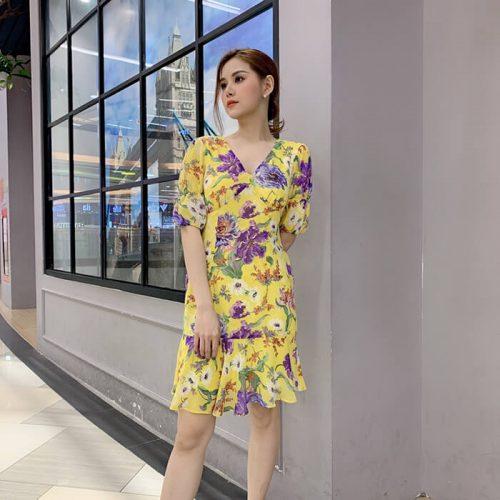 Đầm xòe cổ V nhấn ngực họa tiết hoa màu vàng nữ tính